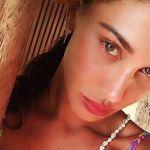 Belen Rodriguez, bella addormentata in bikini al sole conquista il web