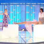 Francesca Cipriani ipnotizzata si trasforma in 'ponte umano' e Giucas Casella le cammina sopra