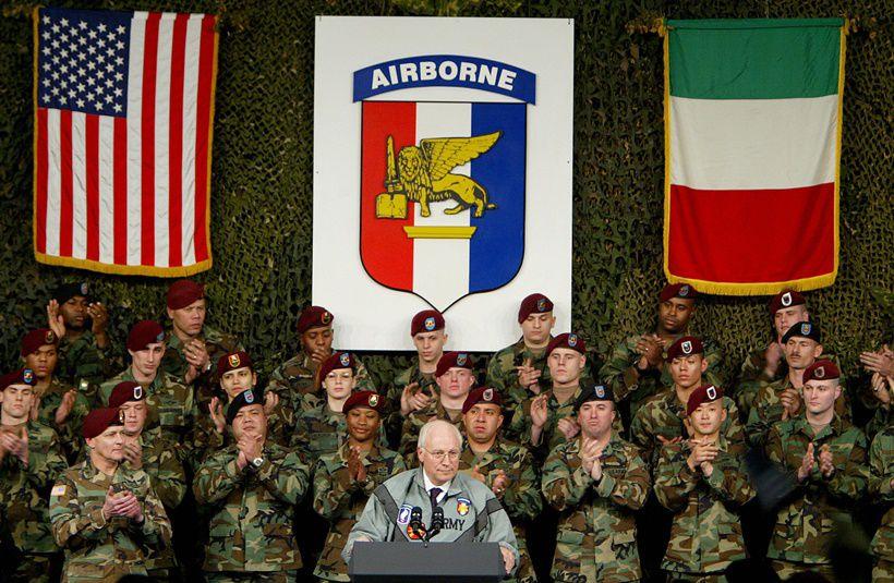 Il vicepresidente degli Stati Uniti Dick Cheney a Camp Ederle, Vicenza, 27 gennaio 2004. Foto di VINCENZO PINTO/AFP/Getty Images