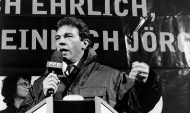 (GERMANY OUT) Politiker, FPÖ, AVorsitzender der Freiheitlichen ParteiÖsterreichs- während einer Wahlkampfrede- 01.12.1995 (Photo by Kucharz/ullstein bild via Getty Images)