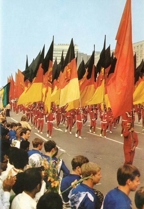 """""""In una parata impressionante, la gioventù della DDR saluta la gioventù del mondo""""."""