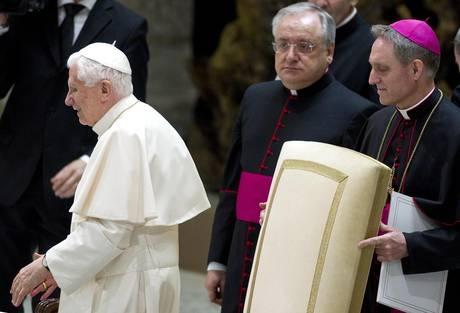 Nuovi dubbi sulle versioni ufficiali sull'abdicazione del papa