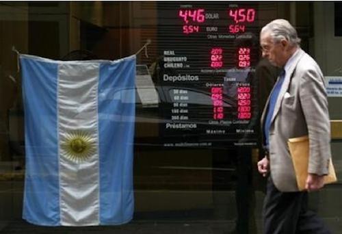 Argentina: un default tira l'altro