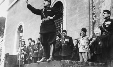 Benito Mussolini durante un discorso in piazza [Credits: Fox Photos/Getty Images]