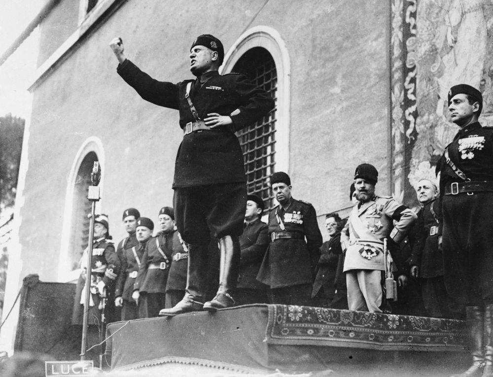 Benito Mussolini durante un discorso in piazza [Credits: Fox Photos/Getty Images]