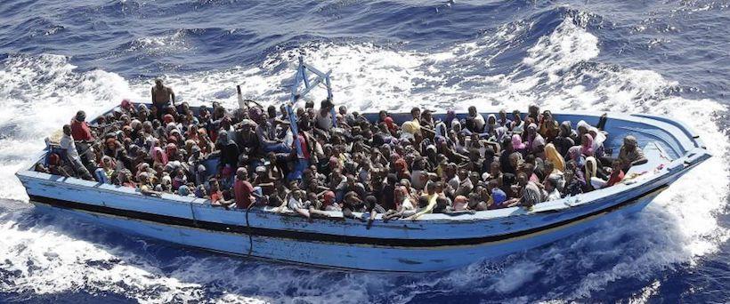 Risultati immagini per foto di barconi con migranti