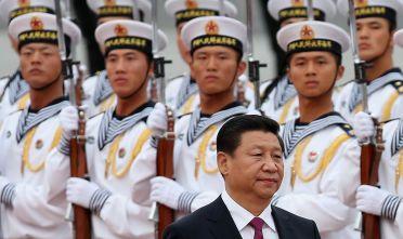 Xi e i soldati della Marina cinese alla cerimonia di benvenuto al re del Bahrain Hamad Bin Isa Al Khalifa durante una sua visita in Cina, settembre 2016. Foto di Feng Li/Getty Images