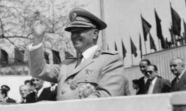 Il presidente Tito durante una parata a Belgrado, maggio 1955 (Foto: Keystone/Hulton Archive/Getty Images)
