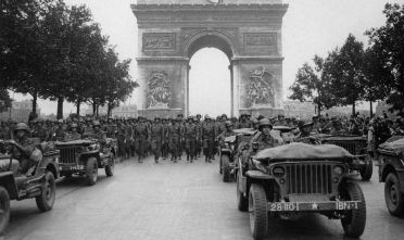 L'esercito alleato sfila sugli Champs Elysées di Parigi appena liberata, agosto 1944. (Photo credit should read AFP/AFP/Getty Images).