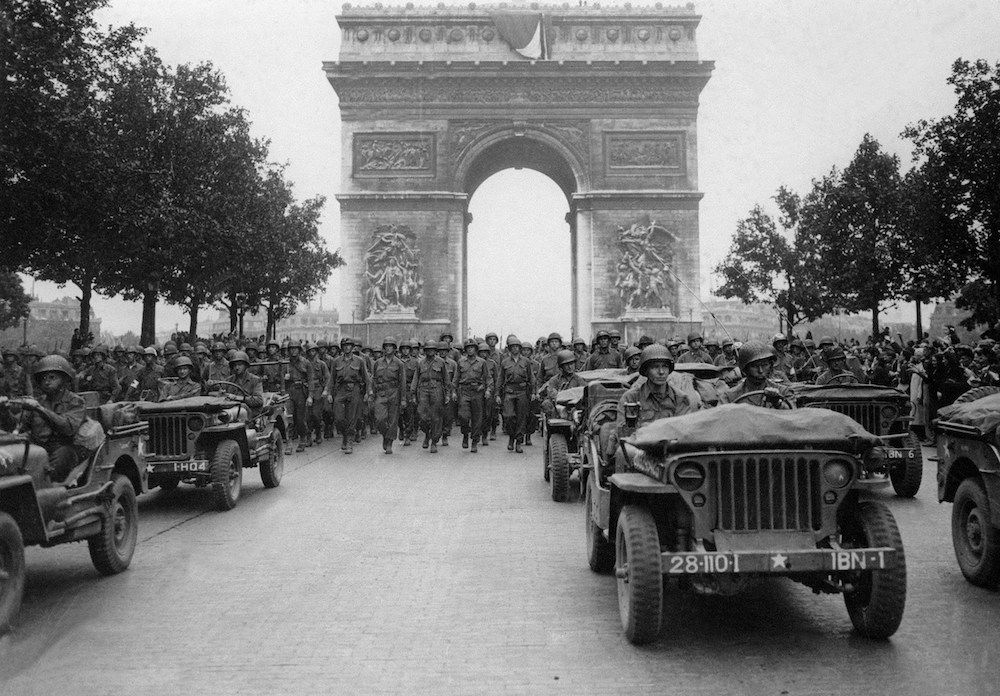 L'esercito alleato sfila sugli Champs Elysées di Parigi appena liberata, agosto 1944. (Photo credit should read AFP/AFP/Getty Images).