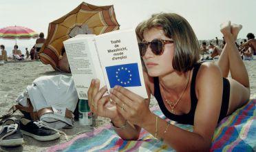 Una ragazza francese legge il testo del trattato di Maastricht sulla spiaggia, estate 1992 (Foto: ERIC CABANIS/AFP/Getty Images).