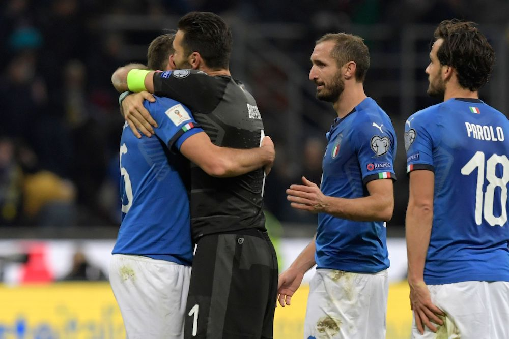 Giocatori dell'Italia a fine gara dopo la sconfitta con la Svezia a San Siro (Foto: MIGUEL MEDINA/AFP/Getty Images).