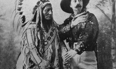 Toro Seduto e Buffalo Bill in un'immagine del 1890 circa (Foto: Barry/Hulton Archive/Getty Images).