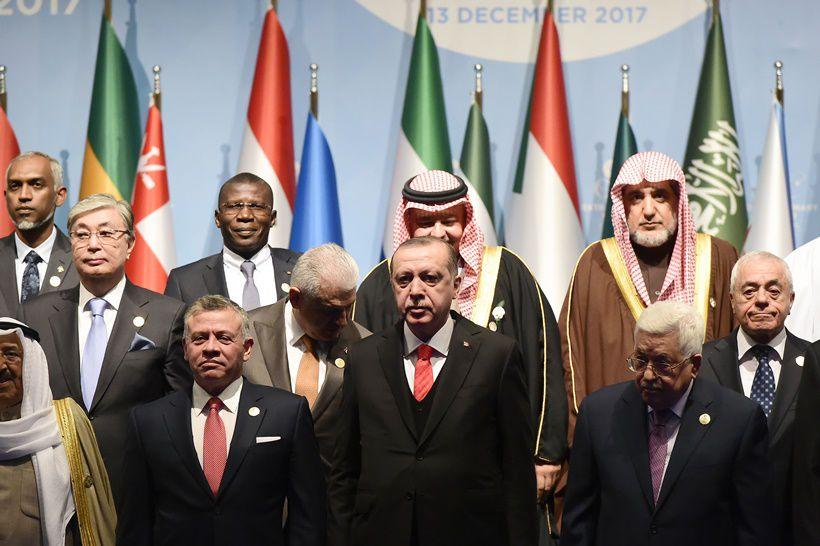 Foto di gruppo, con Erdoğan al centro, durante il vertice straordinario su Gerusalemme dell'Organizzazione per la cooperazione islamica, Istanbul, 13 dicembre 2017. Foto di YASIN AKGUL/AFP/Getty Images