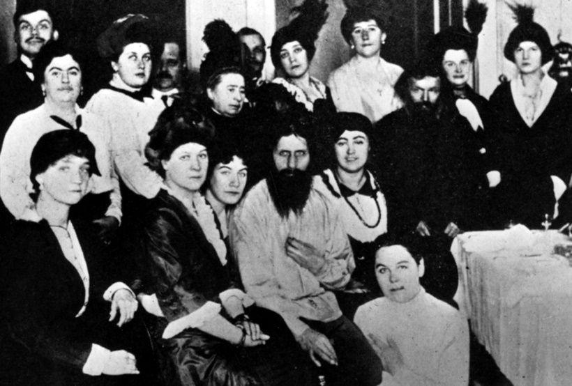 Seduto e circondato da suoi seguaci: il mistico russo e consigliere di corte Grigori Rasputin, 1914. (Foto di Hulton Archive/Getty Images).