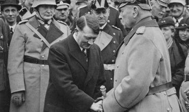L'incontro tra Hitler e Hindenburg dopo la nomina di cancelliere. Alle spalle di Hitler si distinguono Hermann Göring, numero due del NSDAP e capo dell'aviazione, il capo della propaganda Joseph Goebbels e l'ammiraglio Erich Raeder. (Foto: Three Lions/Hulton Archive/Getty Images).