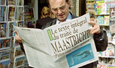 A Parisian discovers the full text of the Maastricht Treaty, on June 12, 1992 in Paris, for sale in newsstands. The referendum on the Maastricht treaty will be held on September 20, 1992 in France. / AFP PHOTO / michel clement        (Photo credit should read MICHEL CLEMENT/AFP/Getty Images)