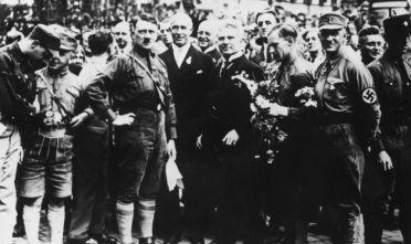 Hitler insieme al gruppo dirigente del Partito nazionalsocialista durante un comizio a Norimberga, 1927.  (Foto: Hulton Archive/Getty Images).