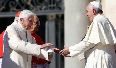 Il papa dimissionario Benedetto XVI e l'attuale papa Francesco (Foto: Franco Origlia/Getty Images).