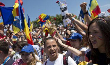 Dimostranti nel centro di Bucarest sventolano la bandiera romena insieme a  a un migliaio di persone giunte dalla Moldova per partecipare alla Marcia dell'unificazione di Romania e Moldova. Luglio 2015.  Foto di: DANIEL MIHAILESCU/AFP/Getty Images