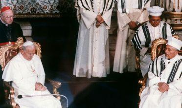 Giovanni Paolo II insieme al rabbino capo Elio Toaff durante la storica visita alla sinagoga romana, 13 aprile 1986 (Foto: STF/AFP/Getty Images).