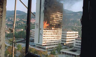 Il palazzo del parlamento bosniaco in fiamme, sarajevo aprile 1992 (Foto: MICHAEL EVSTAFIEV/AFP/Getty Images).