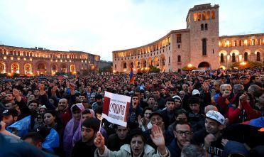 Cittadini armeni scendono in piazza a Yerevan in protesta contro Sarkisian. Foto di: read VANO SHLAMOV/AFP/Getty Images