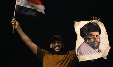 Un giovane iracheno con una foto di Moqtada Sadr festeggia dopo le elezioni a Baghdad. 14 maggio, 2018. Foto di: AHMAD AL-RUBAYE/AFP/Getty Images