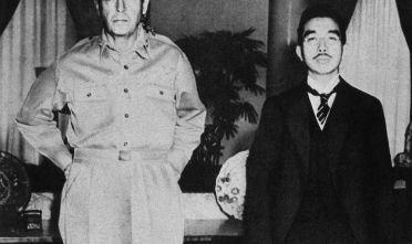 Il generale Douglas MacArthur delle forze alleate in Estremo Oriente e l'imperatore giapponese Hirohito, 1946 (Foto: JIJI PRESS/AFP/GettyImages).