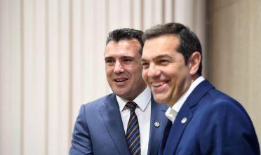 Il primo ministro greco Alexis Tsipras e il suo omologo macedone Zoran Zaev (Foto: DIMITAR DILKOFF/AFP/Getty Images).