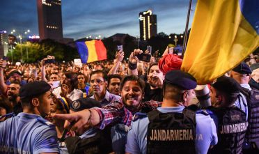 Protesters scuffle with gendarmes as they shout anti-government slogans during a protest in front of the Romanian Government headquarters in Bucharest May 30, 2018. - Around 2,000 people gathered in a protest after Romania's Constitutional Court ruled that President Klaus Iohannis must approve the government's dismissal of the country's top anti-corruption prosecutor Laura Kovesi. The government accuses Kovesi of violating the constitution but her supporters say she has been targeted for investigating corruption among Romania's political elite. (Photo by Daniel MIHAILESCU / AFP)        (Photo credit should read DANIEL MIHAILESCU/AFP/Getty Images)