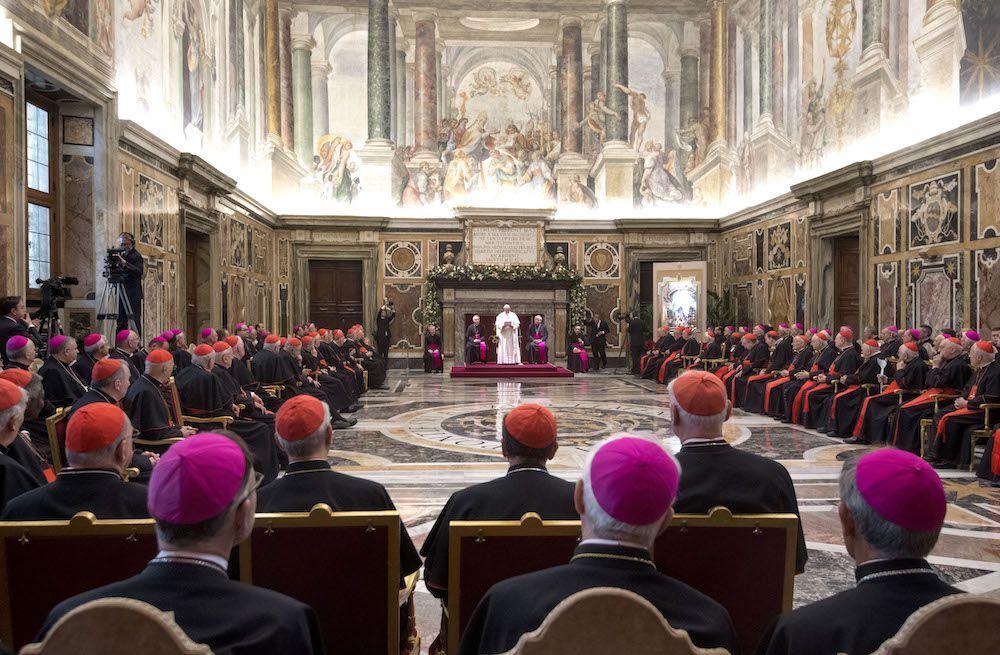 Papa Francesco davanti ai prelati durante il messaggio di auguri di Natale alla Curia romana nella Sala Clementina in Vaticano, dicembre 2017 (Foto: CLAUDIO PERI/AFP/Getty Images).