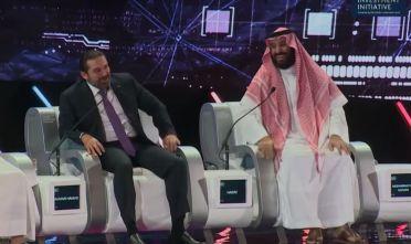L'erede al trono dell'Arabia Saudita, Mohammed bin Salman (destra) e il premier libanese, Saad Hariri (sinistra) scherzano sul palco della Future Investment Initiative di Riyad.