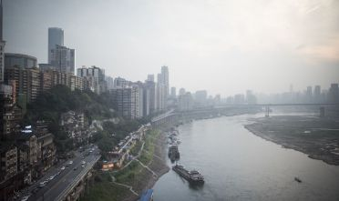 Vista di Chongqing dalle rive del fiume Yangtze  (FRED DUFOUR/AFP/Getty Images)