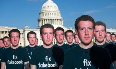 Sagome cartonate del fondatore e amministratore delegato di Facebook Mark Zuckerberg fuori dal Campidoglio, Washington, DC, 10 aprile 2018. Foto di SAUL LOEB/AFP/Getty Images.