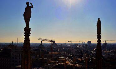 Panoramica di Milano dalla terrazza del Duomo. AFP PHOTO / TIZIANA FABI