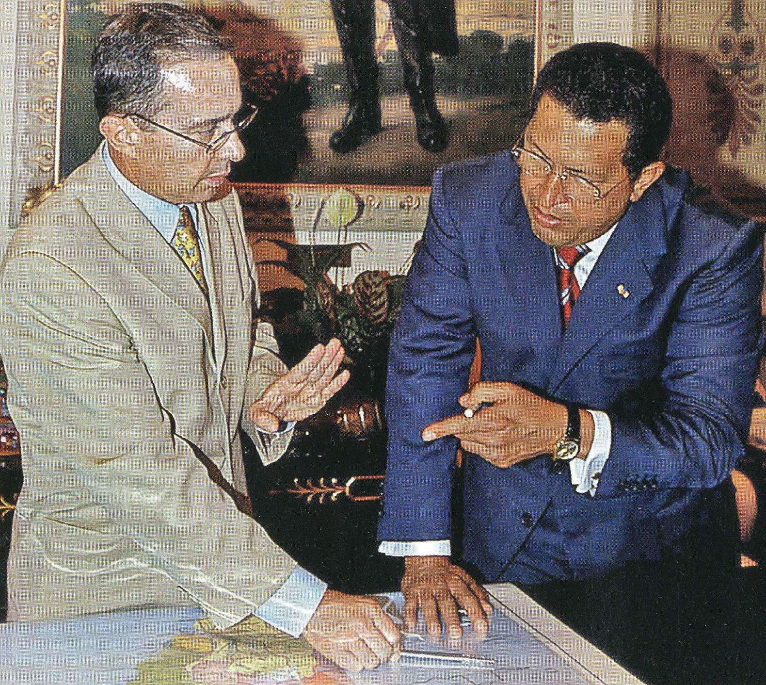 Fonte 4: Il presidente venezuelano Hugo Chávez e il suo omologo colombiano Álvaro Uribe si incontrano a Caracas nel tentativo di porre fine a una delle ripetute crisi diplomatiche tra i due paesi, 15 febbraio 2005.