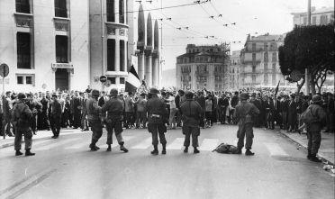 Truppe francesi durante una manifestazione ad Algeri, marzo 1962. Foto: Central Press/Getty Images.