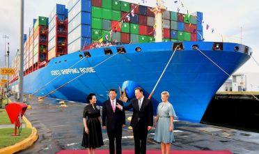 Il presidente cinese Xi Jinping con l'ex presidente panamense Juan Carlos Varela, e le due first ladies, davanti alla nave portacontainer Rose della Cosco in una delle due chiuse di Cocolì nel Canale di Panamá, 3 dicembre 2018. Foto da: LUIS ACOSTA/AFP/Getty Images