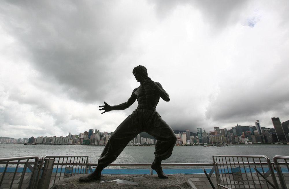 La statua di bronzo di Bruce Lee lungo l'Avenue of Stars June di Hong Kong, (Foto da: China Photos/Getty Images).