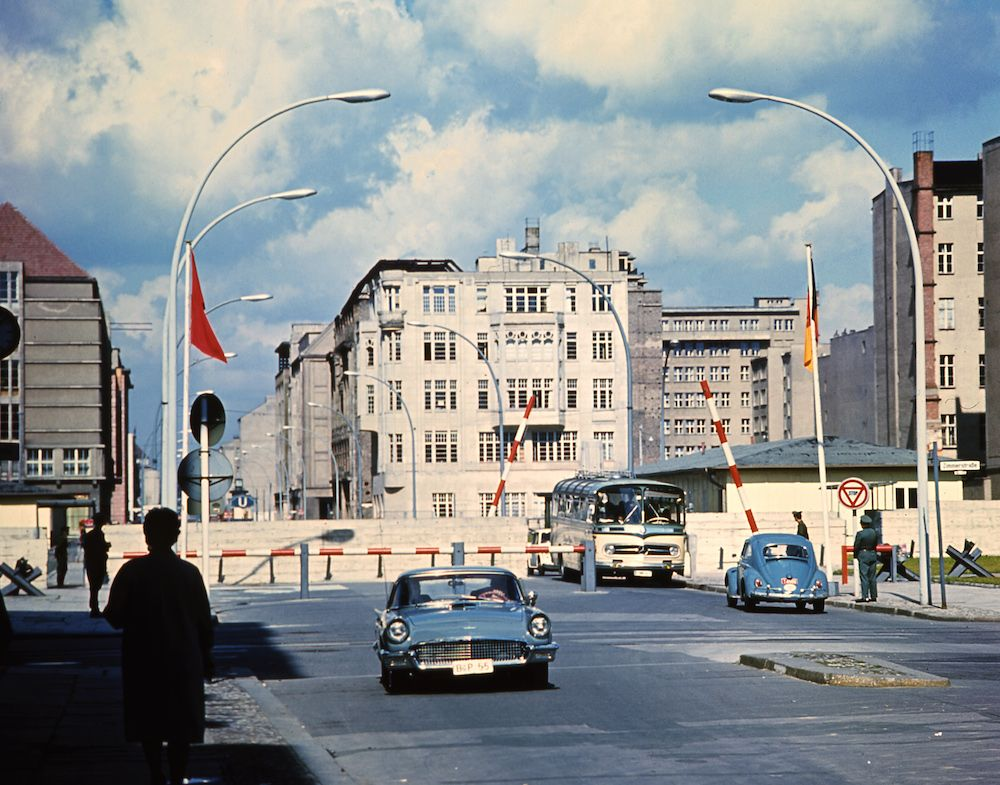 Il celebre Checkpoint Charlie a Berlino, estate 1968 (Photo credit should read /AFP via Getty Images)