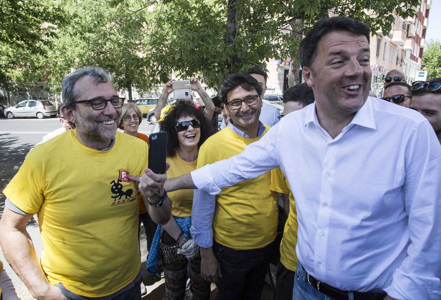 Roma, Matteo Renzi incontra le magliette gialle del PD