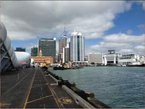La skyline di Auckland vista dai moli del porto.