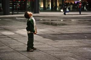bambino-che-guarda-il-cielo_4802613579