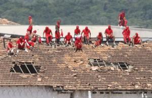 I detenuti sui tetti nel carcere di Manaus (farodiroma.it)