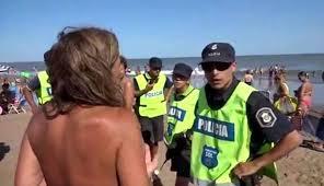 L'intervento della polizia per le due ragazze in topless su una spiaggia in Argentina (today.com)