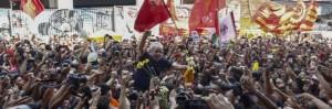 Il leader del Pt accompagnato dalla folla prima di entrare in carcere