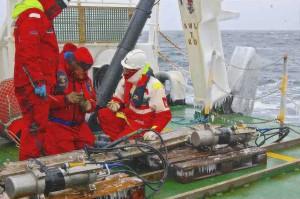 Tecnici OGS a poppa della nave che preparano per la messa a mare dei cannoni ad aria, tra qualche fiocco di neve e molti ghiaccioli