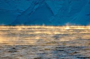 L'acqua che evapora (perché l'aria è molto più fredda e secca) di fronte alla Ross ice shelf sullo sfondo)