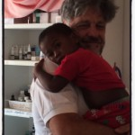 Il dott. Monti con un piccolo paziente